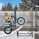 Montar motocicleta en la pista de pruebas de hielo